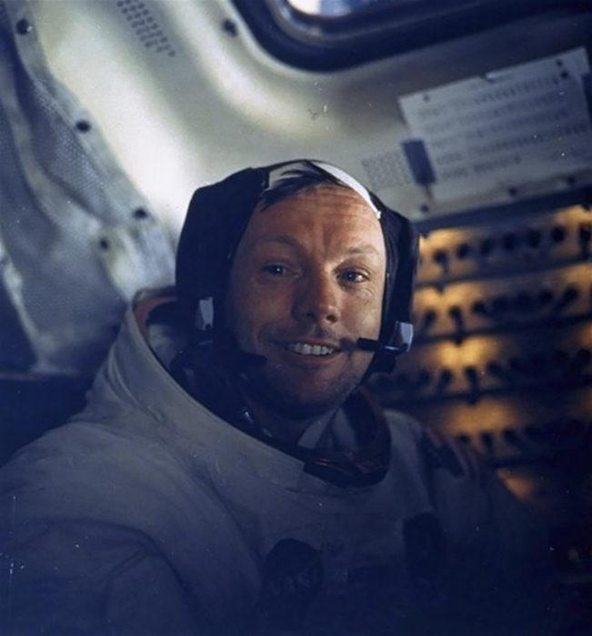 selfie de neil armstrong en el espacio