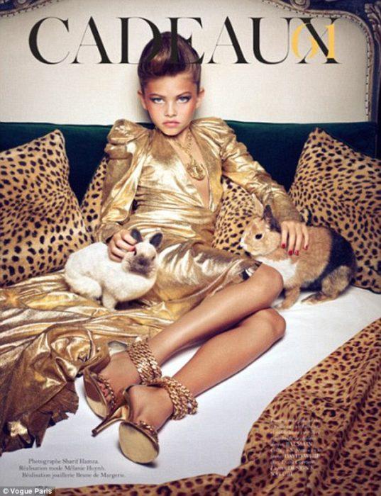 niña maquillada con vestido dorado y tacones