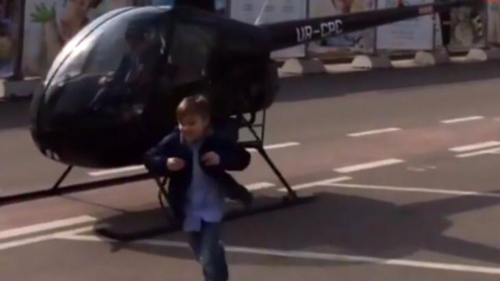 niño llega en helicoptero a la escuela