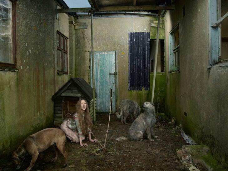 Oxana niña criada por perros