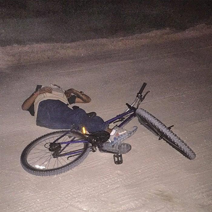 borracho tirado de una bicicleta