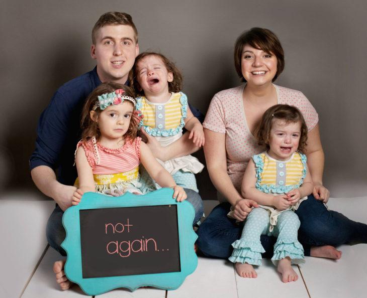 dos padres y tres niñas, dos niñas lloran, es un anuncio de embarazo
