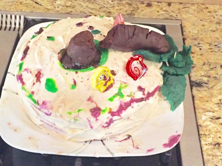 pastel con una palmera que parece popó