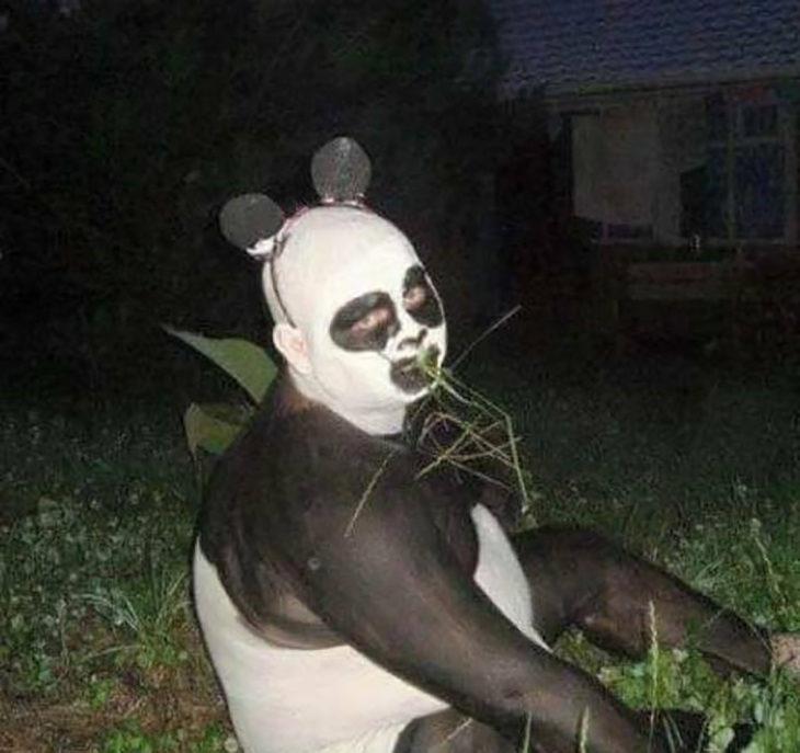 hombre disfrazado de osos panda
