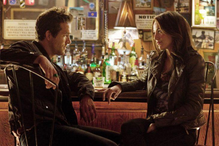 teniendo una conversación en el bar pareja