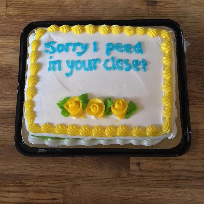pastel blanco con decoraciones amarillas