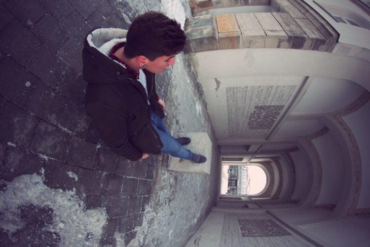 foto de hombre joven en edificio que juega con la perspectiva