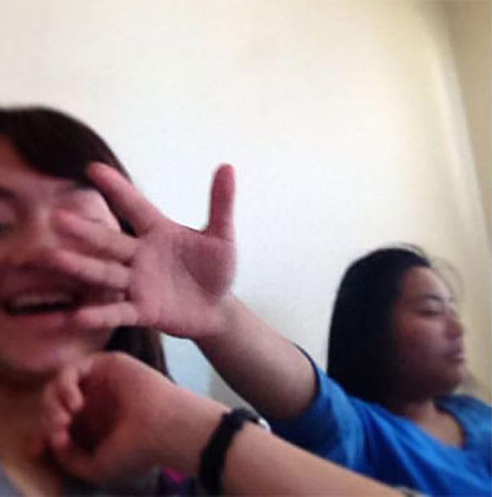 mujer pone su mano en el rostro de otra mujer
