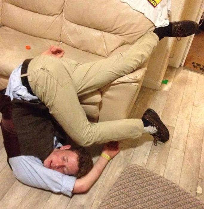 borracho en posición incómoda