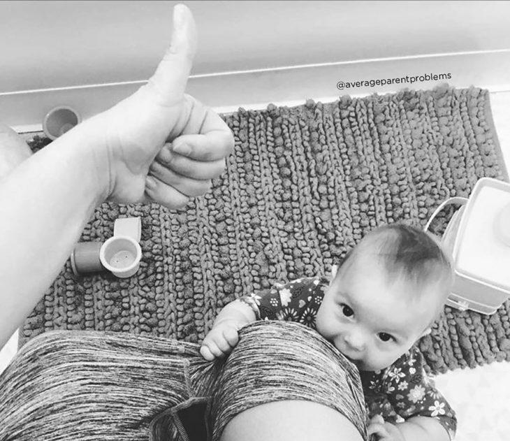 mujer en el baño y bebé viéndola