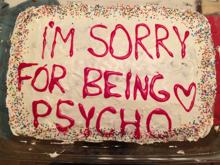 Pastel que dice lo siento por ser un psicópata