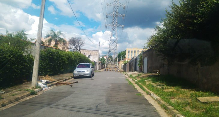 antena de radio en medio de la calle