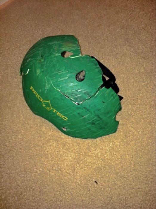 casco verde destrozado