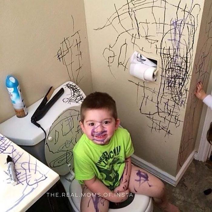 niño borronea el baño
