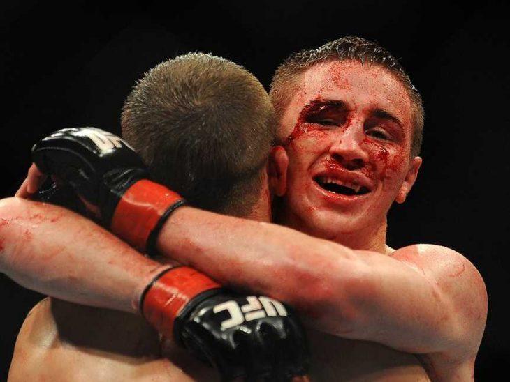 luchadores dándose un abrazo