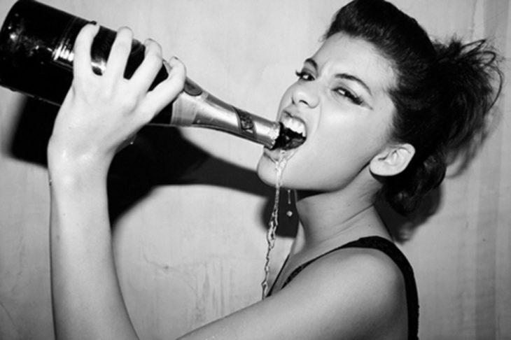 chica borracha bebiendo