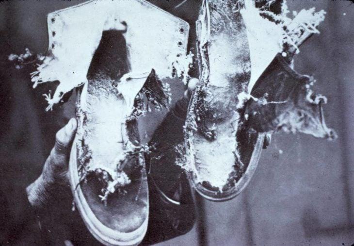 zapatos d euna persona a la que le cayó un rayo