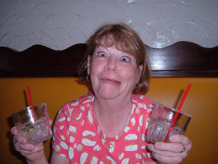 señora haciendo gestos graciosos