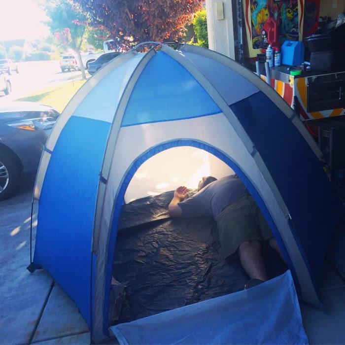 chico acampando en una casa dentro de casa