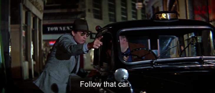 en escena de noche un hombre se acerca a conductor en un taxi antiguo