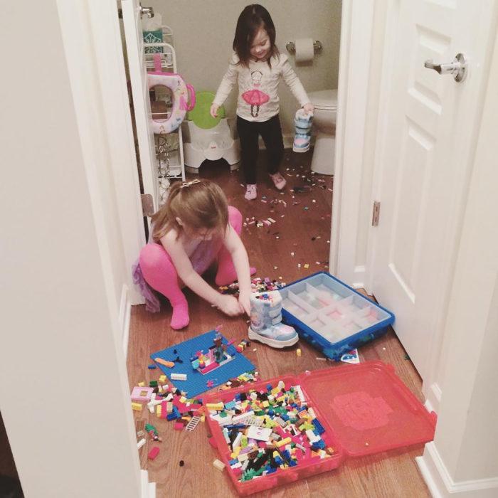 dos niñas y juguetes tirados en su habitación
