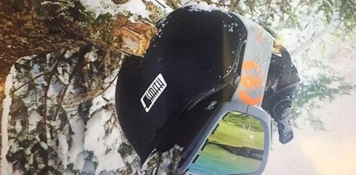 casco dañado de entrenador de sky