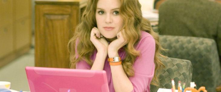 chica con laptop rosa