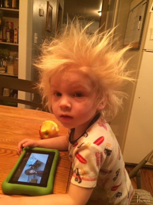 niño con el pelo rubio parado