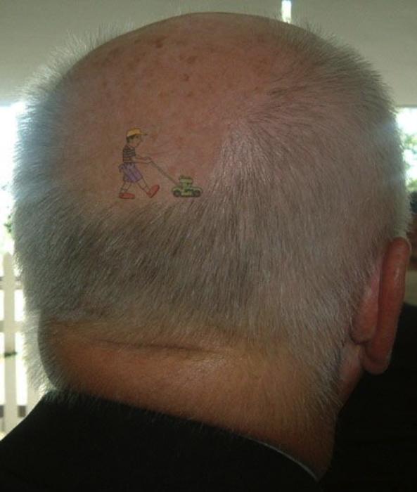 señor con tatuaje en su calva