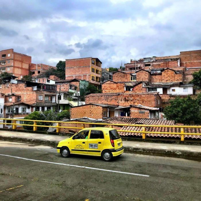 taxi frente a un pueblito