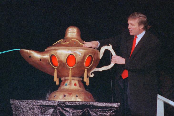 trump frotando una lámpara gigante 1990