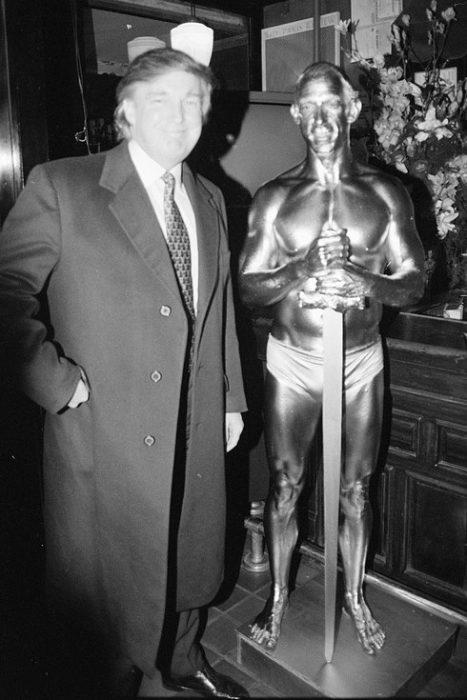 trump posando con estatua humana 1996