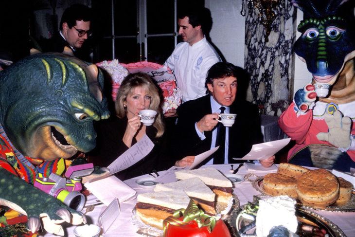 trump tomando el té con dinosaurios 1992
