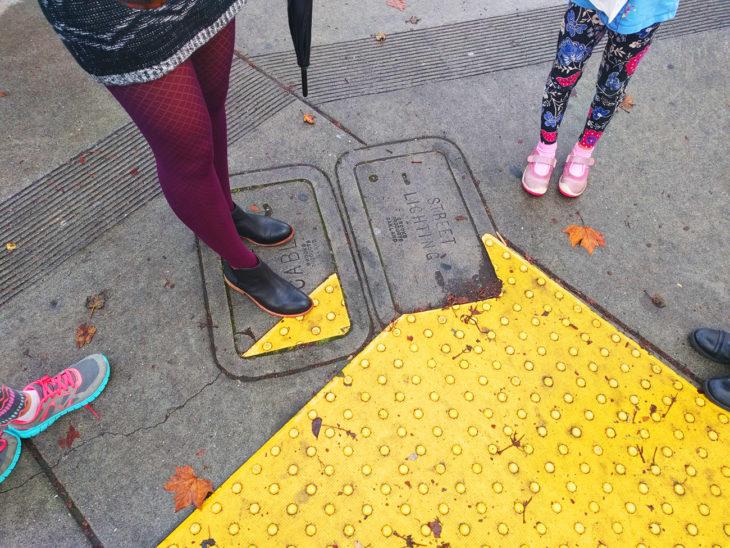 asfalto mal pintado amarillo
