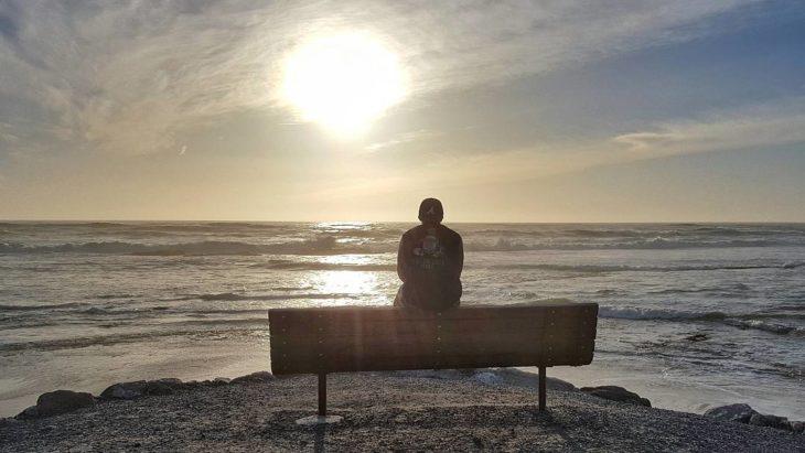 persona viendo el horizonte