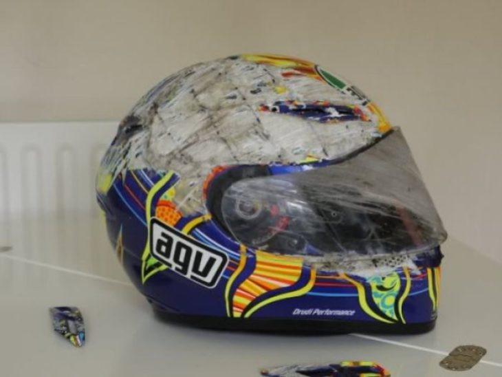 casco azul con llamas pintadas raspado