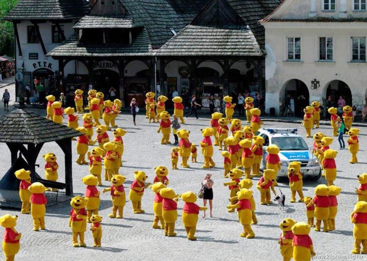 muchas personas reunidas vestidas de winnie pooh