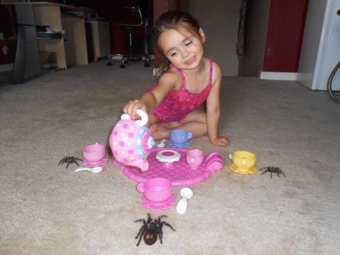 niña tomando el té con 3 tarántulas