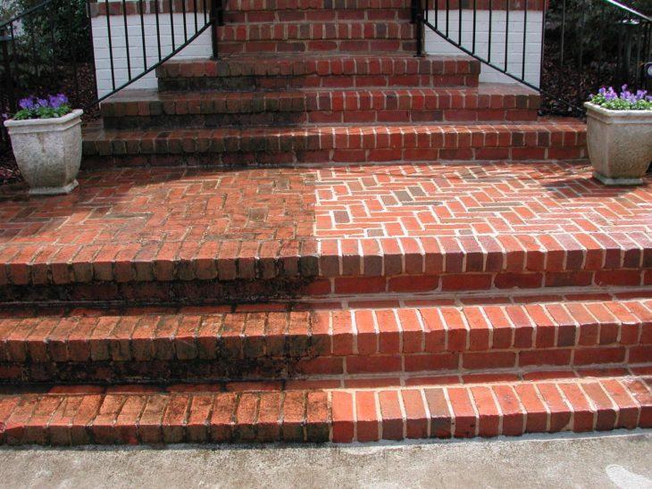 Escalera de ladrillo sucia y escalera de ladrillo limpia