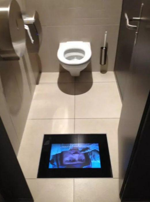 cine con pantallas en el baño
