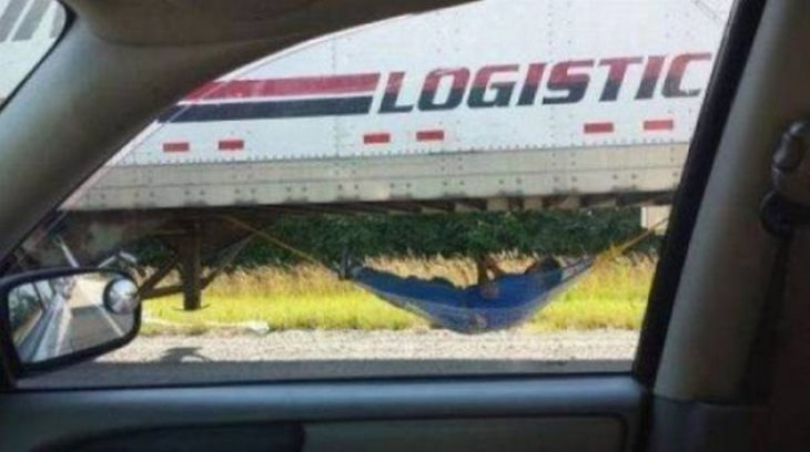 mecánico en hamaca arreglando trailer