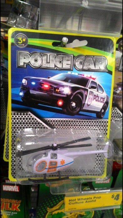 carro de policía de juguete, adentro hay un helicóptero