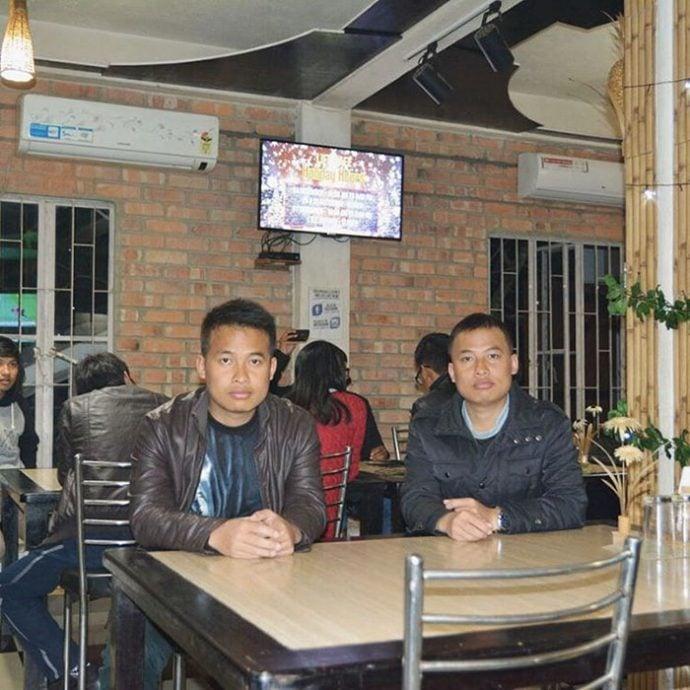 Dobles - parecen gemelos sentados juntos