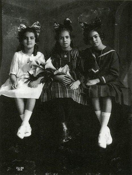 Frida Kahlo de niña con tres niñas más