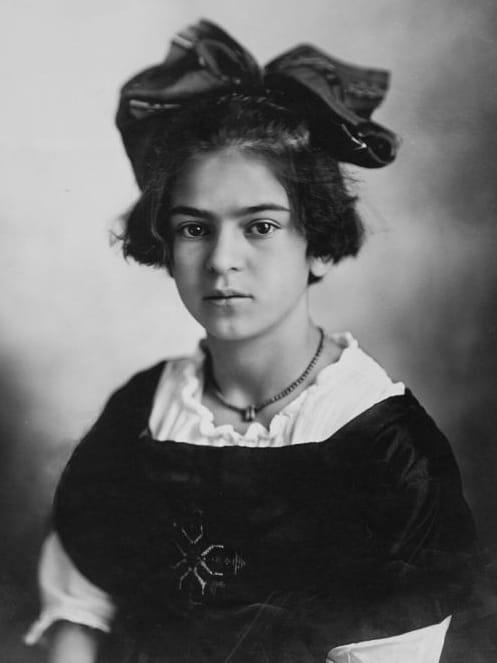 Frida Kahlo de niña con cabello corto y moño grande