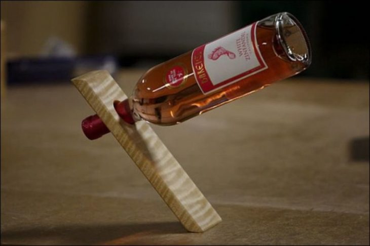 botella en pedazo de madera