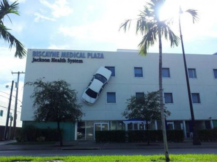 carro sobre edificio