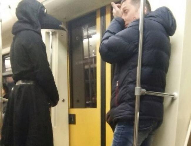 hombre disfrazado en el metro