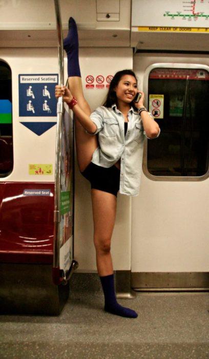 Mujer estirándose en el metro