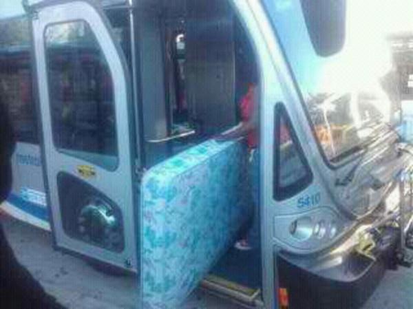 Mujer quiere meter colchón al autobús